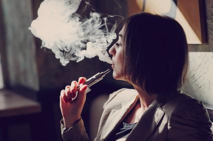 Pige der ryger en e-cigaret